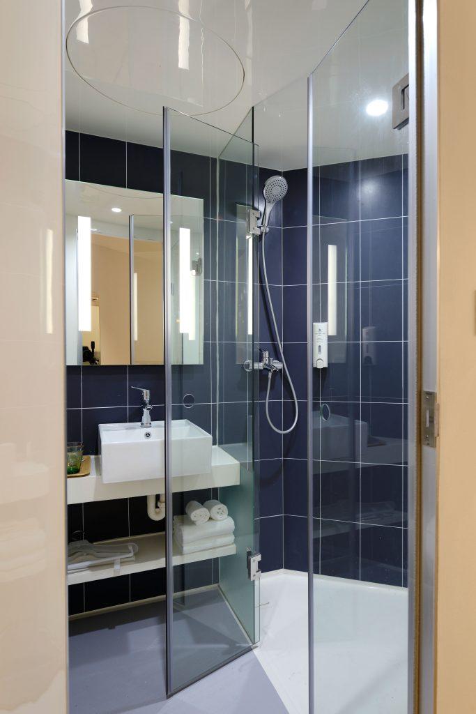Scharniere und Winkel für die Dusche